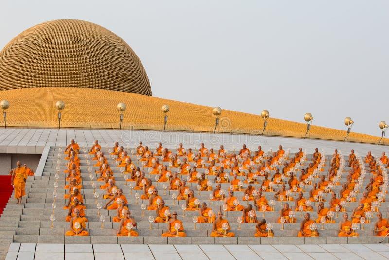 Тайские монахи во время буддийского дня Magha Puja церемонии в Wat Phra Dhammakaya в Бангкоке, Таиланде стоковое фото