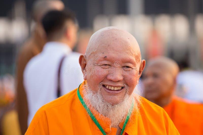 Тайские монахи во время буддийского дня Magha Puja церемонии в Wat Phra Dhammakaya в Бангкоке, Таиланде стоковое изображение rf