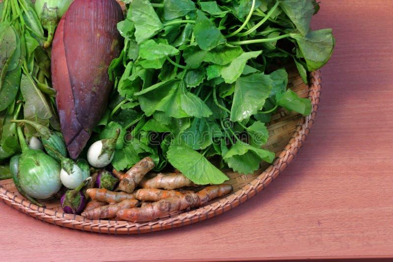 Тайские овощ, пищевые ингредиенты и травы в корзине ротанга стоковые фотографии rf