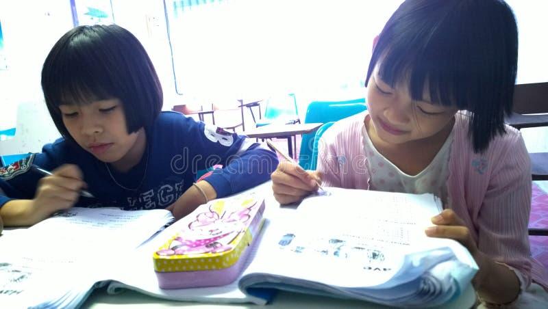 Тайские студенты уча английский язык стоковое фото