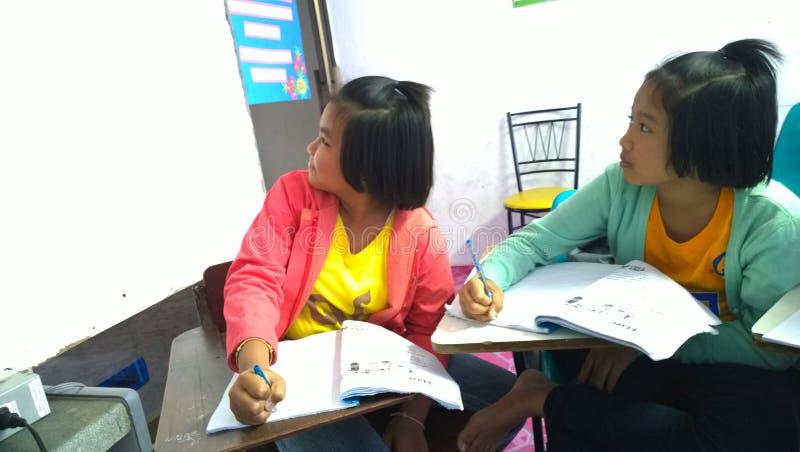 Тайские студенты уча английский язык стоковые фото