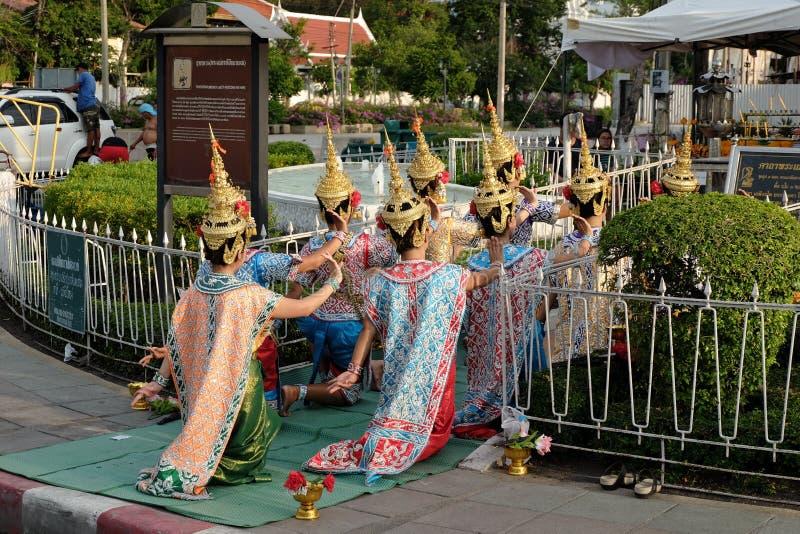 Тайские танцы для Phamaetrorani вокруг королевской площади стоковые изображения rf