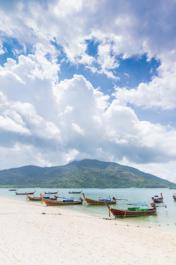 Тайские традиционные шлюпки longtail на пляже с белым песком на Lipe стоковые фотографии rf