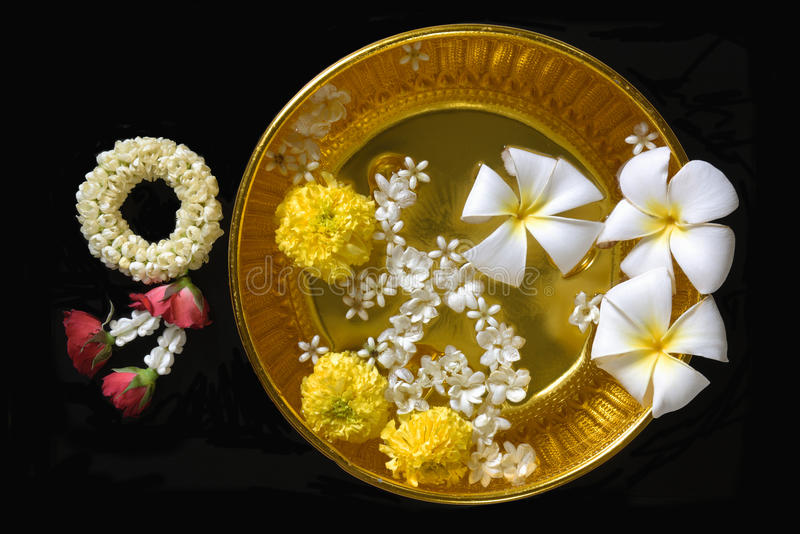 Тайские цветки и вода гирлянды с жасмином стоковые фото