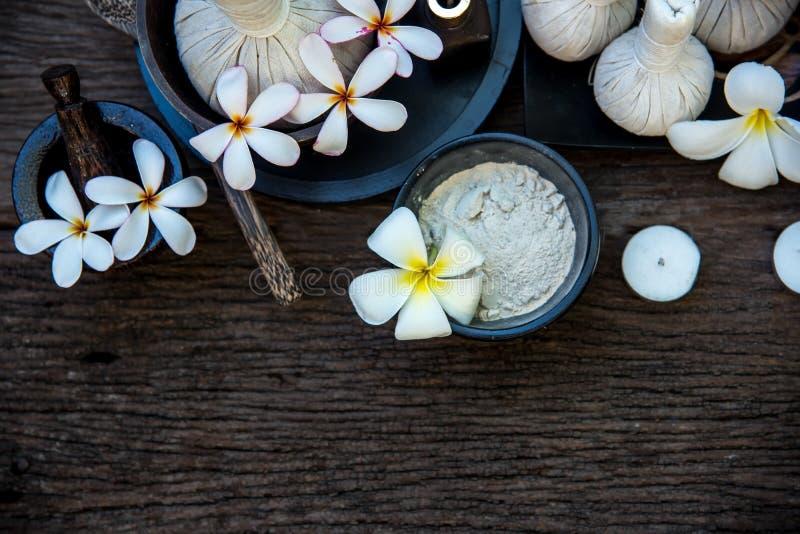 Тайские шарики обжатия массажа курорта, травяной шарик и курорт обработки с цветком, Таиландом принципиальная схема здоровая стоковые изображения rf