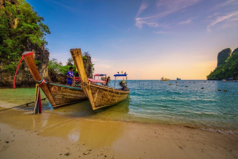 Тайские шлюпки longtail припарковали на острове Hong Koh в Таиланде стоковое фото