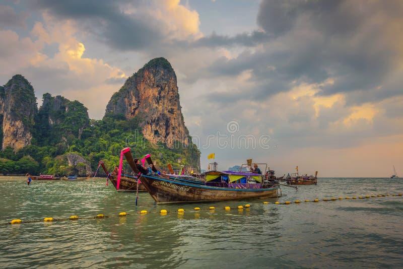 Тайские шлюпки longtail припарковали на пляже Railay в Таиланде стоковые изображения rf