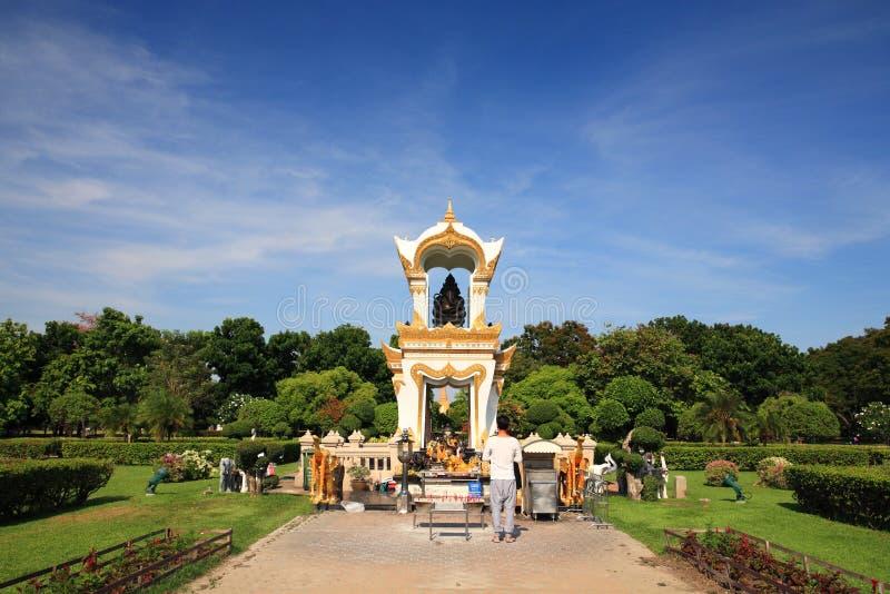 Тайские люди моля для того чтобы почернить статую Ganesha стоковая фотография rf