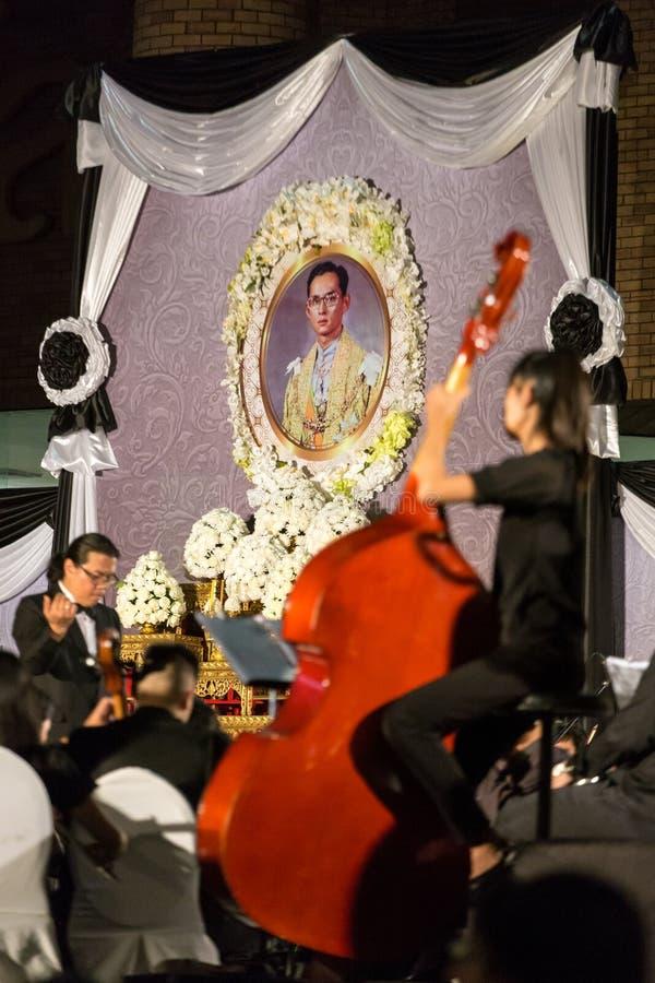 Тайские люди оплачивают уважению в памяти о Его Величество короля Таиланда стоковая фотография