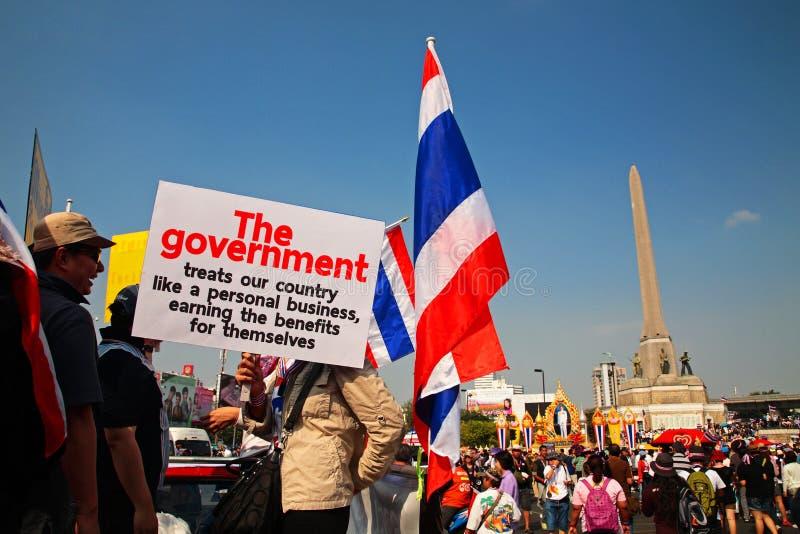 Тайские люди поднимают анти- плиту правительства стоковая фотография rf