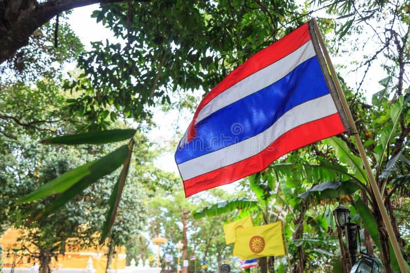 Тайские Tricolor нашивки флага 5 ` s нации Таиланда горизонтальные в цветах красном цвете, белизне и сини в центре и тайском будд стоковые фото