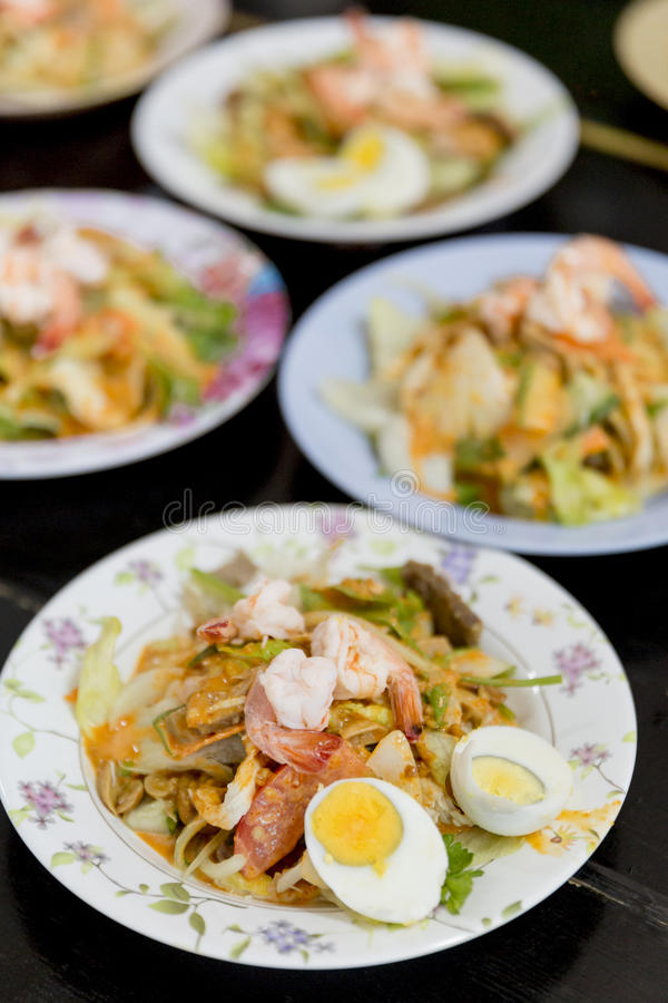 Тайский буддист предлагает еду к монахам в виске стоковые фото