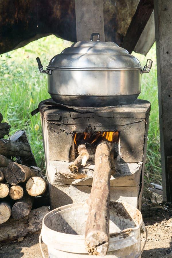 Тайский варя стиль, бак пара на винтажной местной огн-плите в кухне старого деревянного дома, тайской плиты, тайской еды, кухни,  стоковая фотография