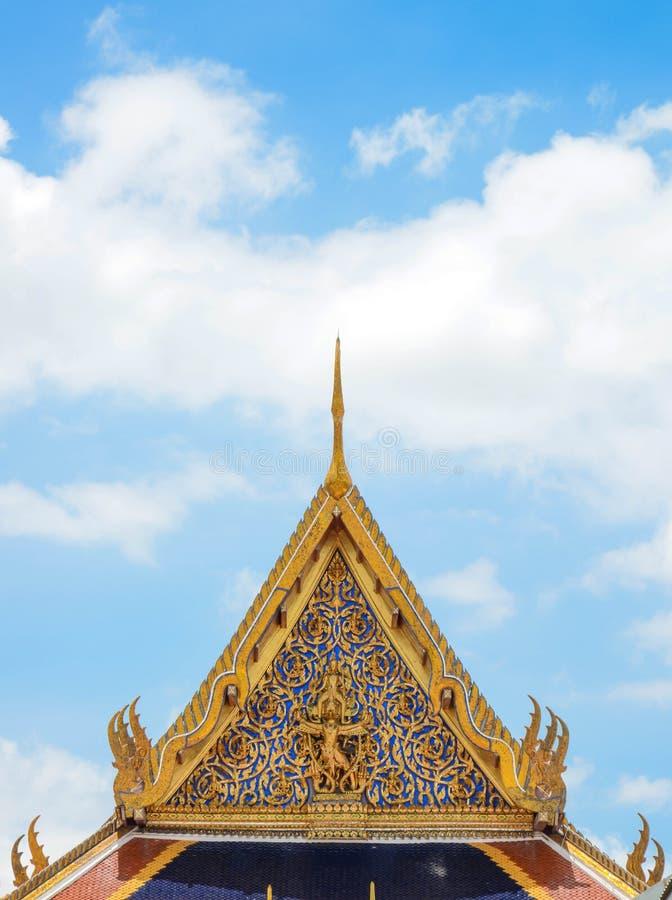 Тайский взгляд виска и неба стоковые изображения