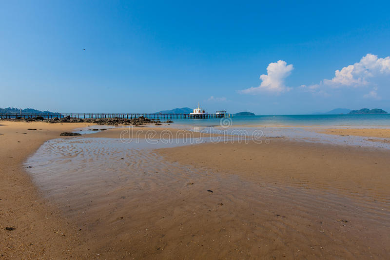 Тайский висок Chruch на море стоковая фотография rf
