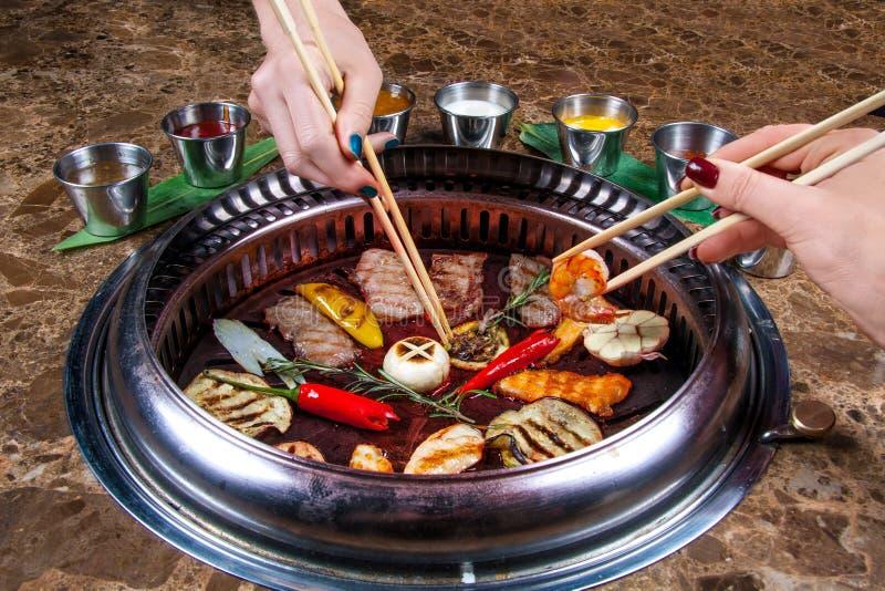 Тайский гриль на таблице с различными закусками стоковое изображение