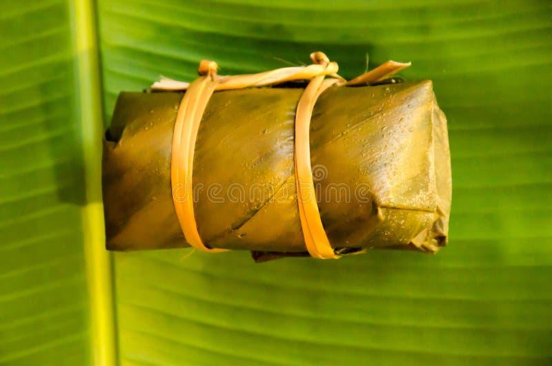 Тайский десерт сделанный рисом и кокосом и обруч с бананом листают стоковое фото