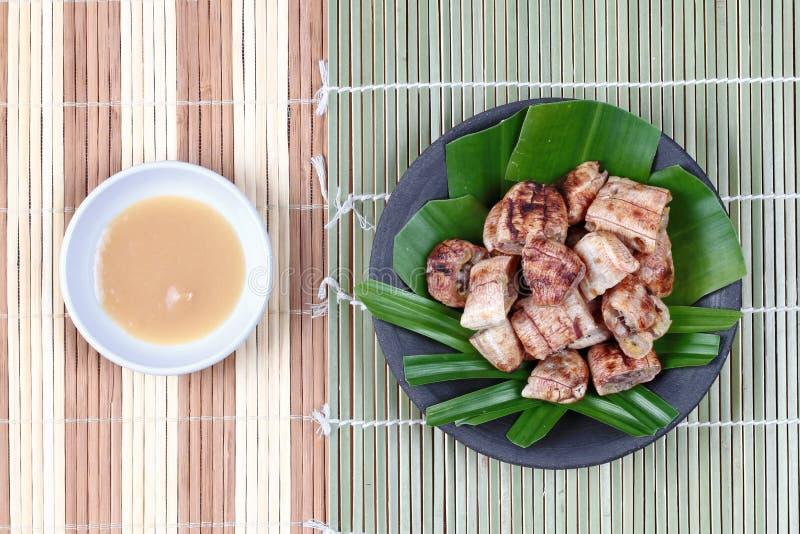 Тайский зажаренный в духовке банан с сладостным соусом стоковые изображения