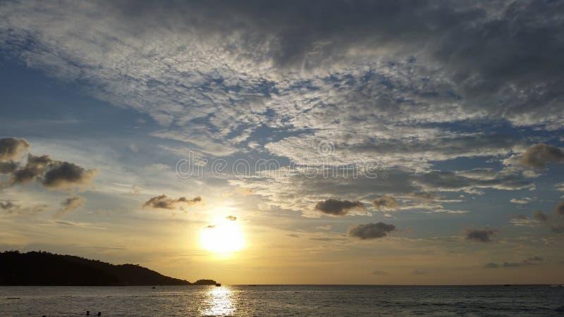 Тайский заход солнца пляжа на пляже patong стоковое изображение rf