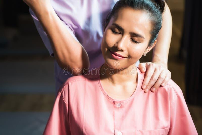 Тайский массаж к азиатской красивой женщине стоковые изображения rf