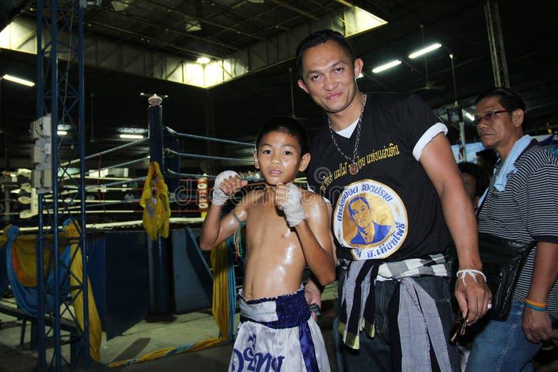 Тайский молодой боксер и его ментор стоковая фотография rf