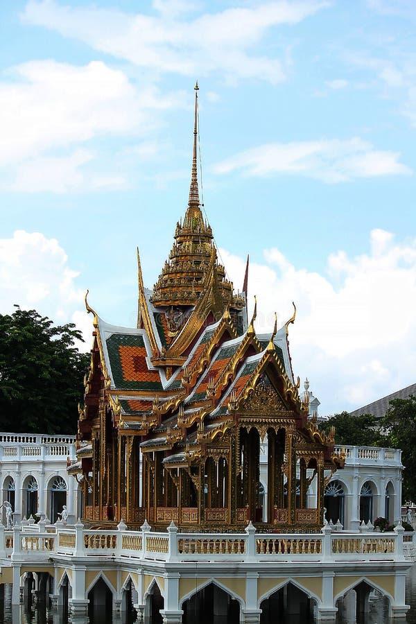 Тайский павильон в середине воды стоковые изображения