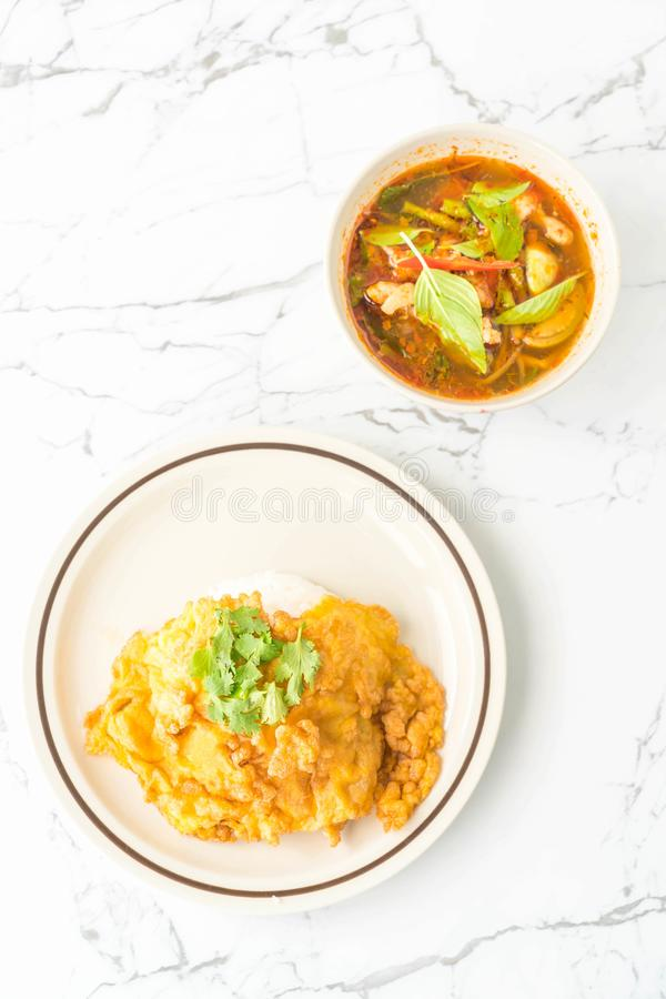 Тайский пряный куриный суп с омлетом и рисом стоковая фотография