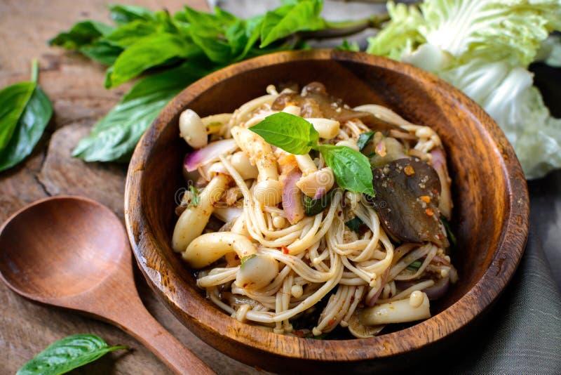 Тайский пряный салат гриба в деревянном шаре стоковая фотография