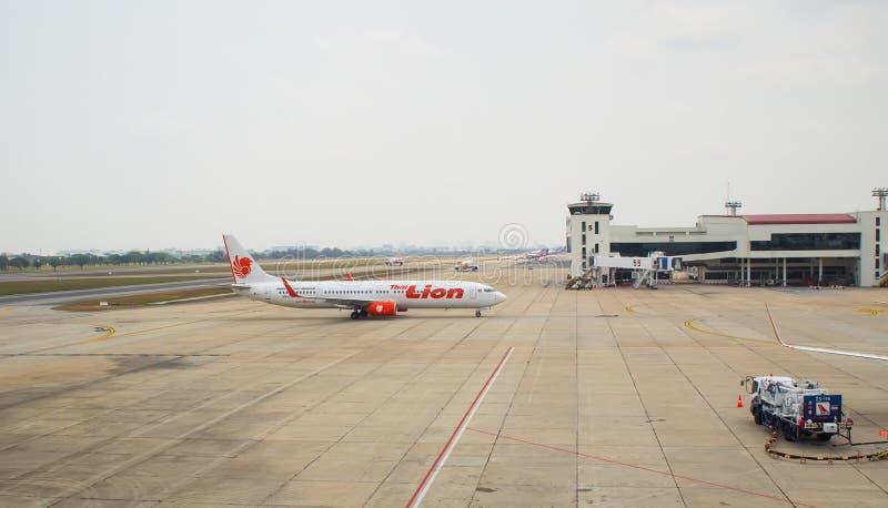 Тайский самолет Lion Air приземлился на международный аэропорт Дон Mueang стоковые изображения rf