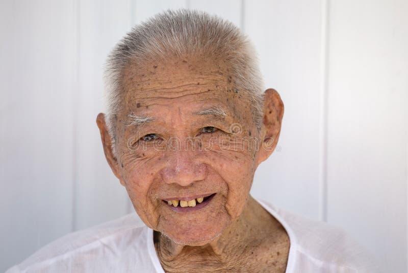 Тайский старик смотрит церемонию во время шествия улицы в вегетарианском фестивале на городке Пхукета, Таиланде стоковое изображение