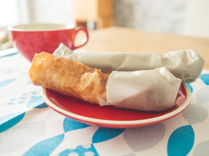 Тайский стиль Roti на красном блюде обычно служил как завтрак или закуска стоковое изображение rf