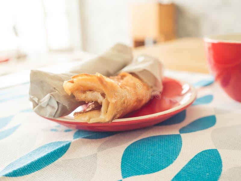 Тайский стиль Roti на красном блюде обычно служил как завтрак или закуска стоковое фото rf
