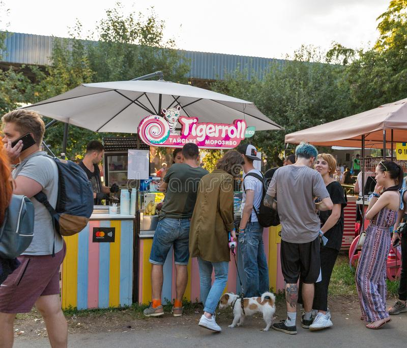 Тайский стойл мороженого на фестивале выходных атласа Киев, Украин стоковое изображение