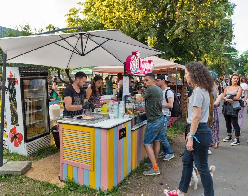 Тайский стойл мороженого на фестивале выходных атласа Киев, Украин стоковое изображение rf