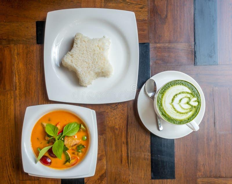Тайский суп карри с рисом и горячим зеленым чаем стоковые фотографии rf