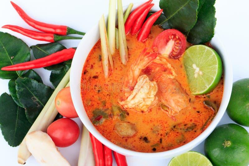 Тайский суп креветки с лимонным соргом (Томом Yum Goong) на белой предпосылке стоковое изображение rf