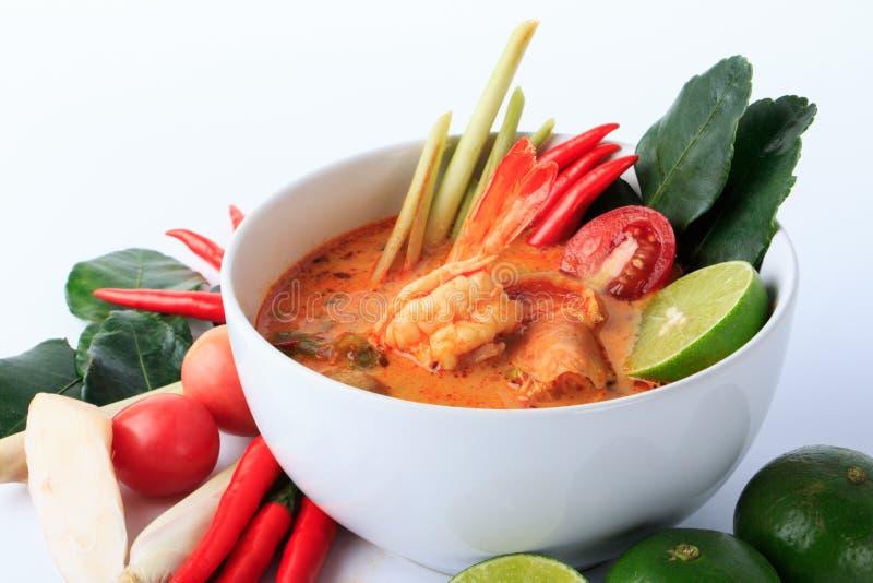 Тайский суп креветки с лимонным соргом (Томом Yum Goong) на белой предпосылке стоковое фото rf