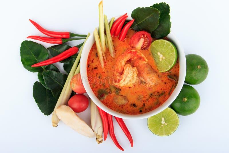 Тайский суп креветки с лимонным соргом (Томом Yum Goong) на белой предпосылке стоковые фото