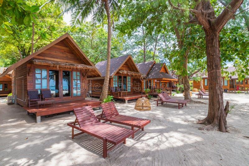 Тайский традиционный стиль дома на пляже с белым песком стоковые фотографии rf