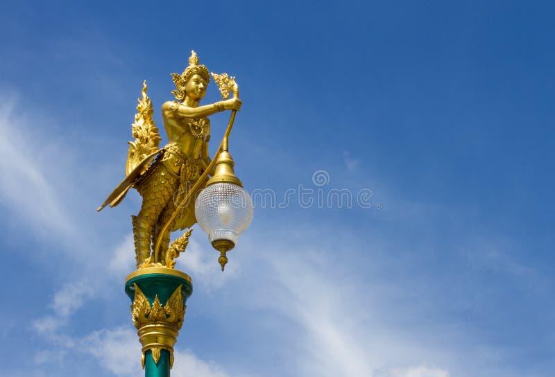 Тайский уличный фонарь стиля против голубого неба стоковая фотография rf