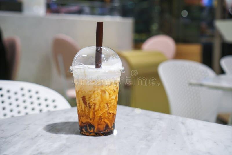 Тайский чай с желтым сахарным песком и пузырем стоковое фото rf