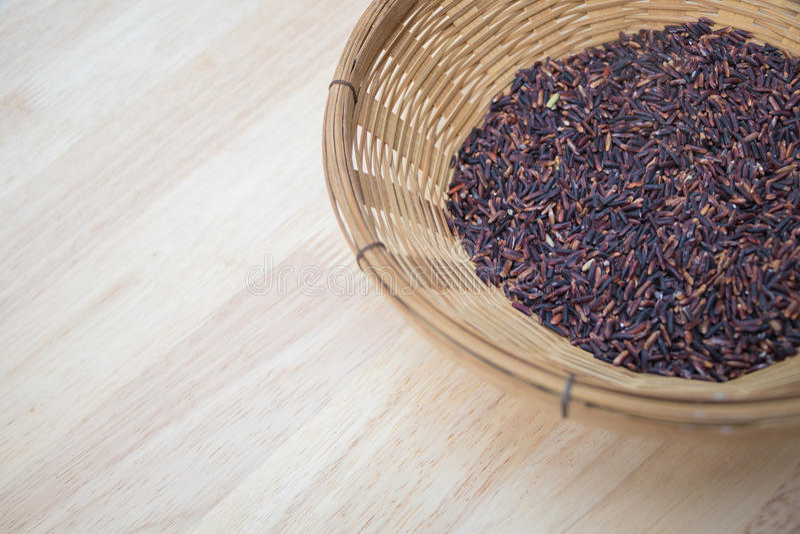 Тайский черный рис жасмина & x28; Berry& x29 риса; в бамбуковой корзине стоковые фото