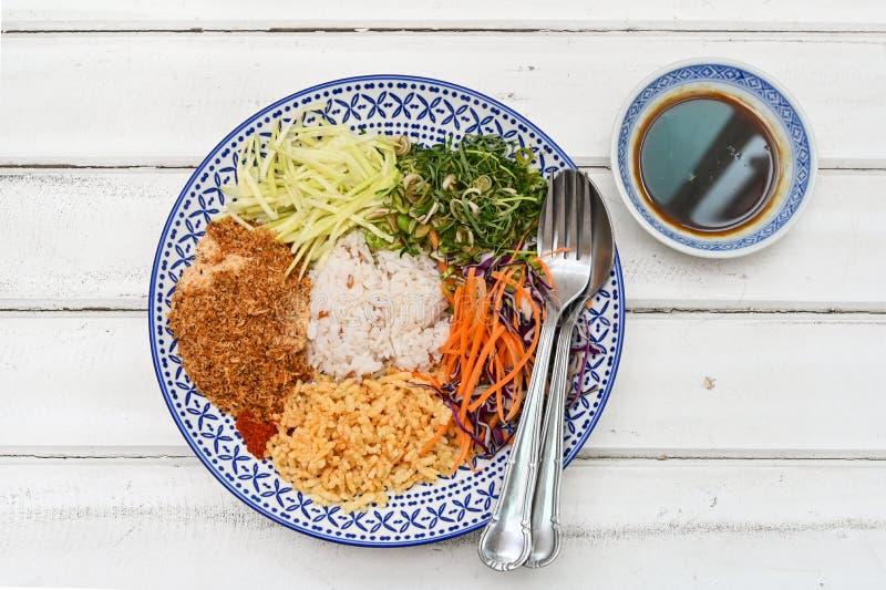 Тайский южный пряный салат риса с овощами стоковые изображения rf