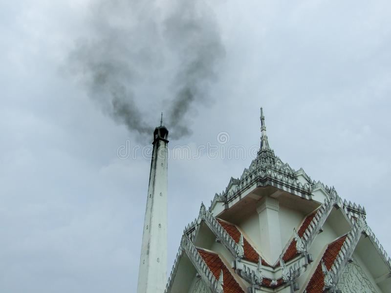 Тайское крематорий с дымом стоковые изображения