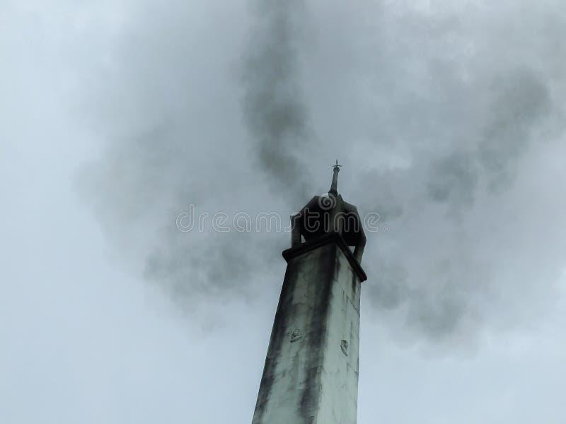 Тайское крематорий с дымом стоковая фотография