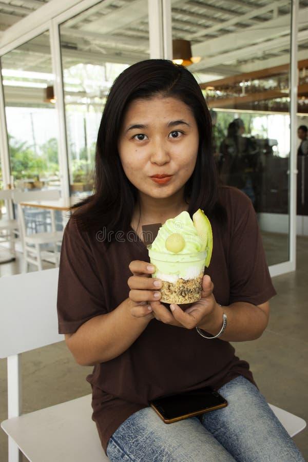 Тайское мороженое дыни выставки женщины перед едой на кафе стоковая фотография rf