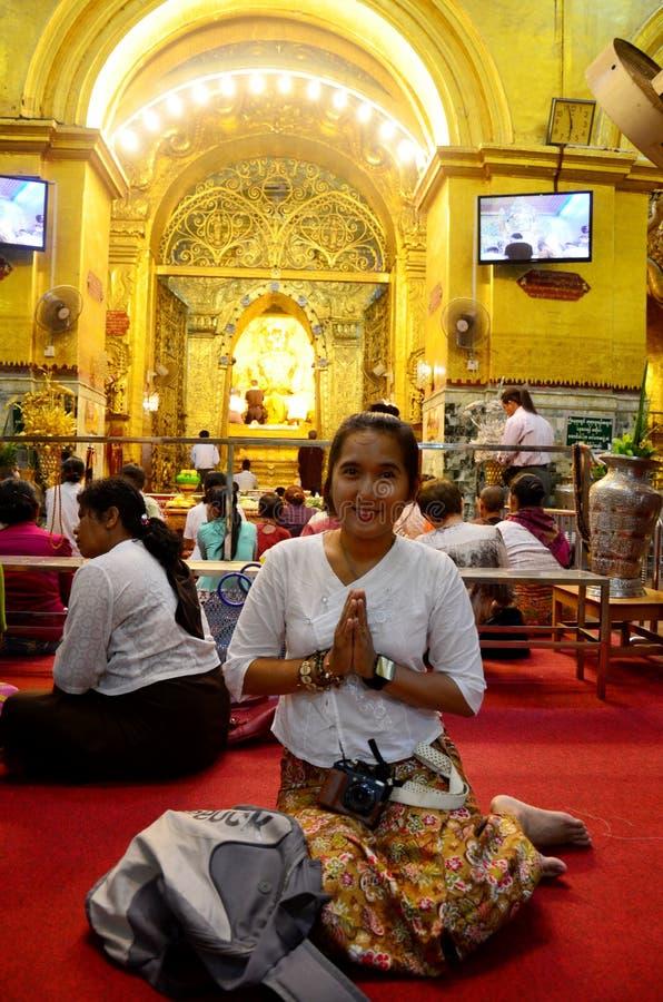 Тайское перемещение женщины и молит ритуал начинает на Muni Paya Maha Myat стоковые фотографии rf