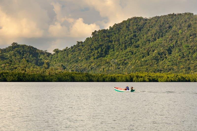 Тайское плавание рыболова шлюпкой к рыбацкому поселку на острове Chang Koh, Таиланде стоковое изображение