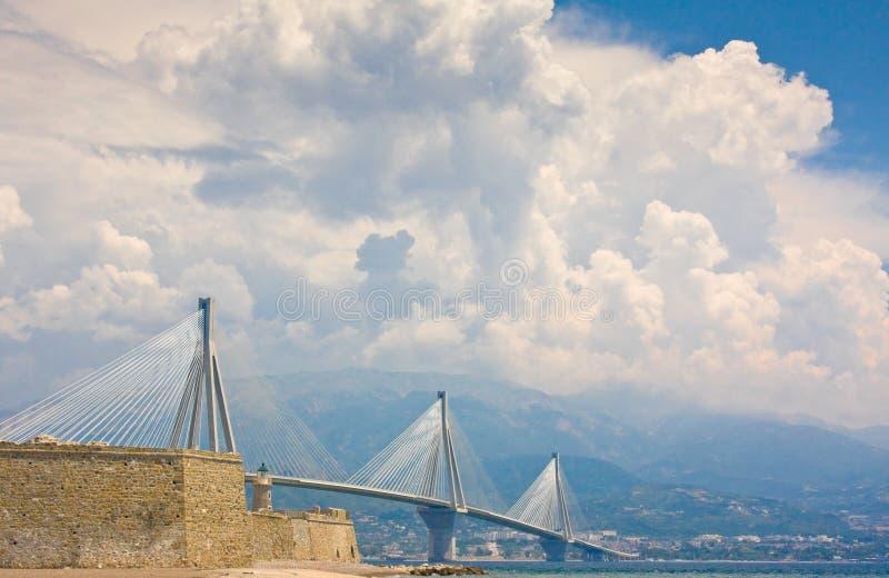 также архитектор antirrio отделенный как кабель charilaos моста berdj подшипников учитывал залив Греции палубы скрещивания Коринф стоковая фотография rf
