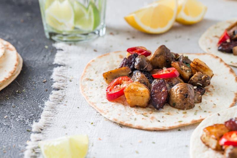 Тако с зажаренными грибами, испанским пряным chorizo сосиски, мексиканскими tortillas, кипрскым halloumi сыра, горячей зябкой, вы стоковая фотография rf
